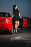 Portrait sexy de femme de beauté attrayante avec la voiture Photo stock