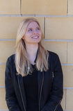 Portrait simple assez blond de femme dehors Photos libres de droits