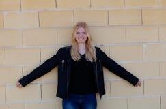 Portrait simple assez blond de femme dehors Photographie stock