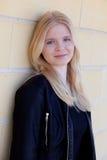 Portrait simple assez blond de femme dehors Images libres de droits