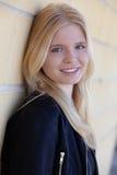 Portrait simple assez blond de femme dehors Photo libre de droits