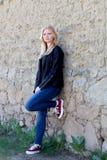 Portrait simple assez blond de femme dehors Photo stock