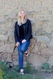 Portrait simple assez blond de femme dehors Image stock