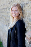 Portrait simple assez blond de femme dehors Image libre de droits