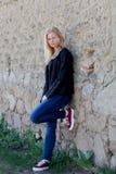 Portrait simple assez blond de femme dehors Photos stock