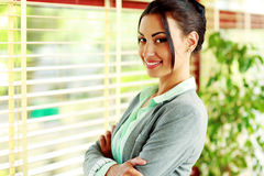 Portrait of a smiling businesswoman with arms folded Royalty Free Stock Images