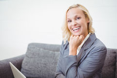 Portrait of smiling bussinesswoman with hand on chin Royalty Free Stock Photos
