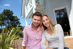 Portrait of smiling couple relaxing in the yard Royalty Free Stock Photos