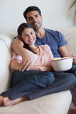 Portrait of a smiling couple watching television Royalty Free Stock Images