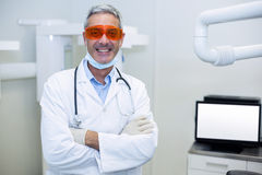 Portrait of smiling dentist standing with arms crossed Royalty Free Stock Photography