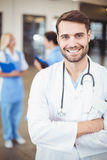 Portrait of smiling male doctor with arms crossed Royalty Free Stock Photos