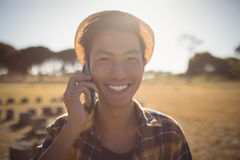 Portrait of smiling man talking on mobile phone Royalty Free Stock Photos