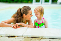 Portrait of smiling mother and baby girl in pool Royalty Free Stock Photography