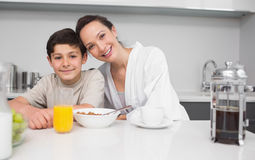Portrait of a smiling mother with son in kitchen Royalty Free Stock Photos