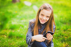 Portrait of smiling teenage girl with mobile phone Royalty Free Stock Photos