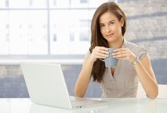 Portrait of smiling woman with computer Royalty Free Stock Photos
