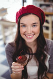 Portrait of smiling woman holding cupcake Royalty Free Stock Photos