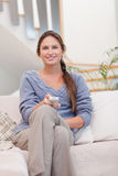 Portrait of a smiling woman woman watching TV Royalty Free Stock Photos