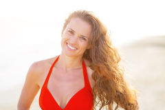 Portrait of smiling young woman on beach Royalty Free Stock Photos