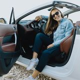 Portrait of smiling young  woman in car Royalty Free Stock Images