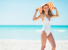 Portrait of smiling young woman in hat on beach Royalty Free Stock Photos