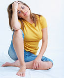 Portrait of smiling young woman seating on floor Royalty Free Stock Photos