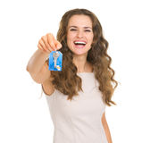Portrait of smiling young woman showing house key Royalty Free Stock Photos
