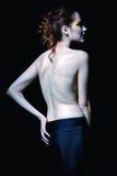 Portrait sombre de femme de vampire parmi l'obscurité blanc d'isolement de vue arrière image libre de droits
