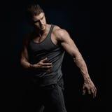 Portrait sportif de jeune homme dans le studio Photo libre de droits