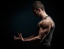 Portrait sportif de jeune homme dans le studio Photographie stock