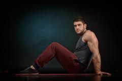Portrait sportif de jeune homme dans le studio Image stock