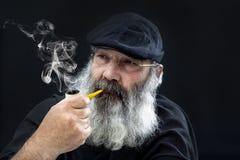 Portrait supérieur avec la barbe blanche et le tuyau Photographie stock libre de droits