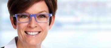 Portrait supérieur de femme d'affaires avec des lunettes Images stock