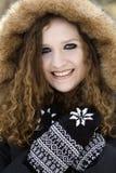 Portrait supérieur de plan rapproché d'adolescente dans le capot d'hiver Images libres de droits