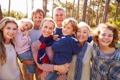 Portrait sur plusieurs générations heureux de famille dans la campagne images stock