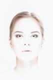 Portrait surexposé de belle jeune femme blonde avec le vert photos libres de droits