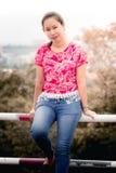 Portrait thaïlandais de femme avec la vue de ville de Chiangmai Images stock