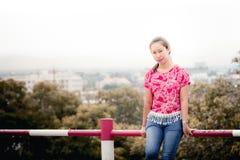 Portrait thaïlandais de femme avec la vue de ville de Chiangmai Photos stock