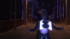 Portrait tiré de la danse de deux artistes homme et femme qui diode POI de rotation banque de vidéos