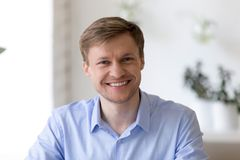 Portrait tiré principal de l'homme d'affaires sûr de sourire regardant c photo libre de droits