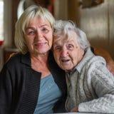 Portrait très de dame âgée avec sa fille adulte dans une étreinte Amour photo stock
