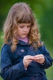 Portrait triste de petite fille dehors Photos libres de droits