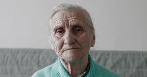 Portrait triste en gros plan de dame âgée clips vidéos