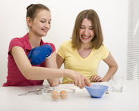 Portrait of two woman friends cooking Royalty Free Stock Photos