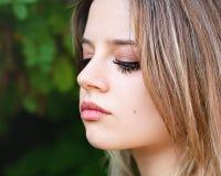 Portrait une belle fille avec le regard abaissé image stock