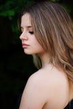Portrait une belle fille avec le regard abaissé photo libre de droits