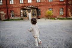 Portrait urbain de belle fille bouclée photos libres de droits