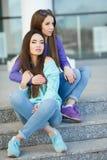 Portrait urbain de deux belles amies Photographie stock libre de droits