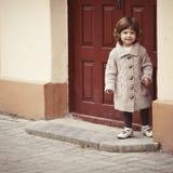 Portrait urbain de petite fille bouclée de hippie Images libres de droits