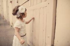 Portrait urbain de petite fille bouclée de hippie Image libre de droits